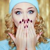 Überraschte oder entsetzte Frau mit blauen Augen Stockbild