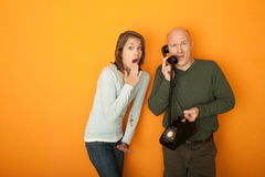 Überraschte Paare am Telefon Stockfotografie