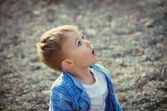 Überraschter Jungenausdruck Stockfotografie