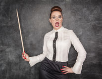 Überraschter Lehrer mit hölzernem Zeiger Lizenzfreie Stockfotografie