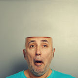 Überraschter älterer Mann mit offenem Kopf Stockfotografie