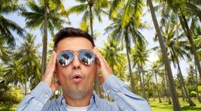 ?berraschter Mann in der Sonnenbrille ?ber tropischem Strand lizenzfreie stockfotografie