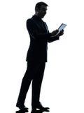 Überraschtes digitales Tablettenschattenbild des Geschäftsmannes Lizenzfreie Stockfotos