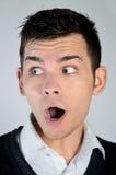 Überraschtes Gesicht des jungen Mannes Stockfotografie