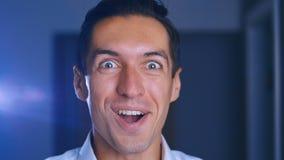 ?berraschtes Manngesicht Schließen Sie oben von entsetztem Geschäftsmanngesichtsausdruck Männliches Gefühlporträt wow stock video