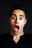 Überraschungskonzept - überraschter lustiger junger Mann Stockfoto