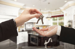 Überreichen von neues Haus-Schlüsseln innerhalb des schönen Hauses Stockbilder