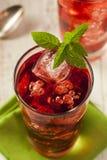 Berry Hibiscus Ice Tea de restauración frío Fotos de archivo libres de regalías