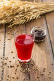 Berry Juice rouge dans des transitoires en verre et de blé sur la table en bois images stock