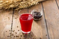 Berry Juice rouge dans des transitoires en verre et de blé sur la table en bois photos stock