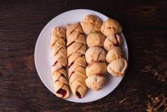 Berry Pie organique fait maison avec des myrtilles et des mûres sur le fond en bois image stock