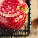 Berry Raspberry auf Gläser Stau Lizenzfreie Stockfotos