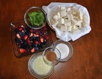 Berry Salad Ingredients Mirtilli, lamponi, fragole e more fotografia stock libera da diritti