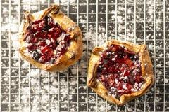 Berry Tarts On Cooling Rack stock afbeeldingen