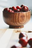 Berryes della ciliegia nella ciotola di legno fotografia stock