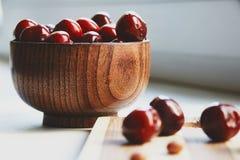 Berryes della ciliegia nella ciotola di legno Fotografia Stock Libera da Diritti