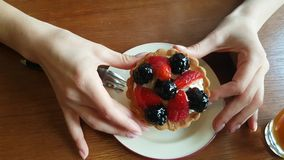 Berrys蛋糕在手上 股票视频