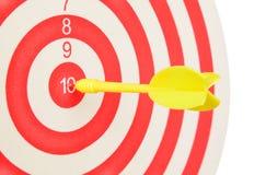 Bersaglio con il dardo giallo al centro su bianco Immagini Stock