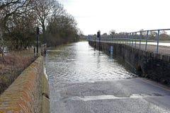 Überschwemmte blockierte Dorfstraße. Lizenzfreies Stockbild