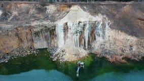 ?berschwemmter Bagger in einem gro?en See nahe dem Basaltsteinbruch stock footage