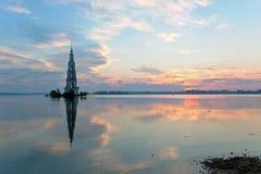 Überschwemmtes belltower in Kalyazin am Sonnenaufgang Lizenzfreies Stockfoto
