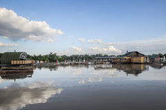 Überschwemmtes Land mit sich hin- und herbewegenden Häusern bei Sava River - neues Belgrad - Lizenzfreies Stockbild