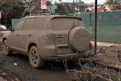 Überschwemmtes und verlassenes Auto Stockfoto