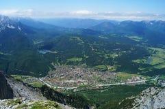 Übersehen Sie von der Gemeinde von Mittenwald unter den Vorbergen der österreichischen Alpen Stockbilder