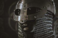 berserker, hełm Viking wojownik z poczta na żakiecie ręk wi zdjęcia royalty free