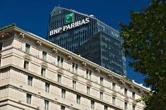 ?bersteigen Sie von Diamond Tower und unterrichtet BNL- BNP Paribas in Mailand stockbilder