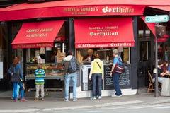Berthillon shoppar berömd glass i Paris Royaltyfri Fotografi
