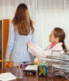 Berufsärztin, die sich hinten vom kranken Patienten berührt Lizenzfreies Stockfoto