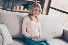 Berufs, überzeugt, bezaubernd hübsche Frau in der Denimausstattung, Lizenzfreie Stockfotografie