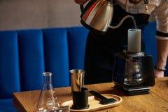 Berufs-barista, das alternative Methode des Kaffees vorbereitet lizenzfreies stockbild
