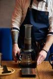 Berufs-barista, das alternative Methode des Kaffees vorbereitet stockfotografie