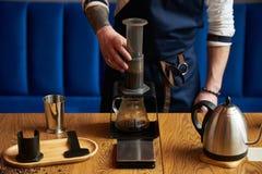 Berufs-barista, das alternative Methode des Kaffees vorbereitet stockbilder