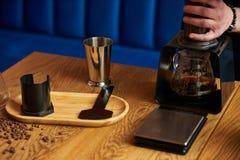 Berufs-barista, das alternative Methode des Kaffees vorbereitet stockfotos