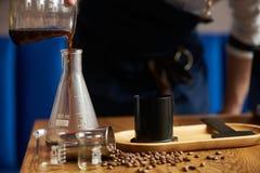 Berufs-barista, das alternative Methode des Kaffees vorbereitet lizenzfreie stockfotos