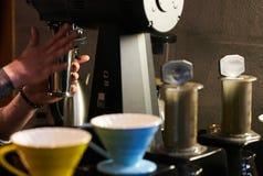 Berufs-barista, das alternative Methode des Kaffees vorbereitet lizenzfreies stockfoto