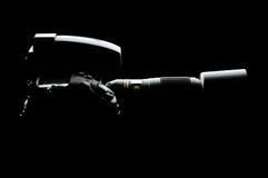 Berufs-DSLR-Kamera mit Linse auf dem schwarzen Hintergrund Stockbilder