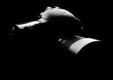 Berufs-DSLR-Kamera mit Linse auf dem schwarzen Hintergrund Lizenzfreies Stockfoto