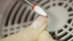 Berufs-Hardware-Pediküre unter Verwendung der elektrischen Maschine Der Manikürist grinded die Nägel des Mädchens im Nagelsalon stock video