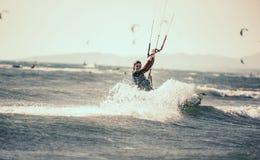 Berufs-kiter macht den schwierigen Trick auf einem schönen Hintergrund stockbilder