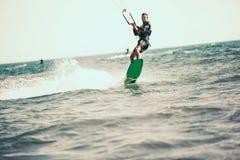Berufs-kiter macht den schwierigen Trick auf einem schönen Hintergrund lizenzfreies stockbild