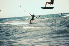 Berufs-kiter macht den schwierigen Trick auf einem schönen Hintergrund stockfoto