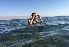 Berufs-triathlete, das im offenen Wasser übt Schwimmen in Se stockbilder