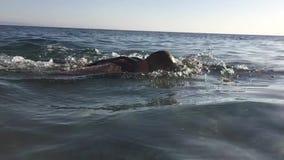 Berufs-triathlete, das im offenen Wasser übt Schwimmen in Se