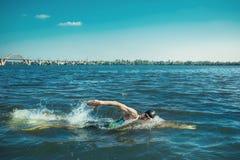 Berufs-triathlete Schwimmen im offenen Wasser des Flusses lizenzfreies stockbild