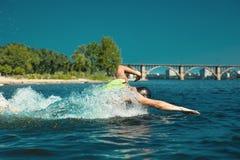 Berufs-triathlete Schwimmen im offenen Wasser des Flusses stockfotos