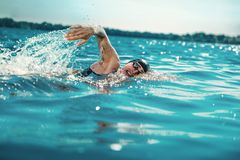 Berufs-triathlete Schwimmen im offenen Wasser des Flusses lizenzfreies stockfoto